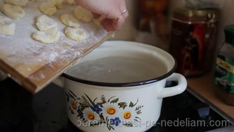 Перед тем как приготовить ленивые вареники, доведите воду до кипения