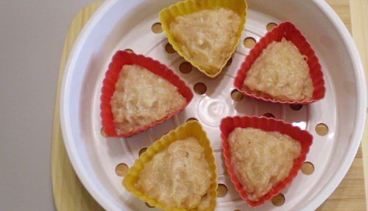 Перед тем как приготовить куриное суфле для детей, выложите его в формочки.