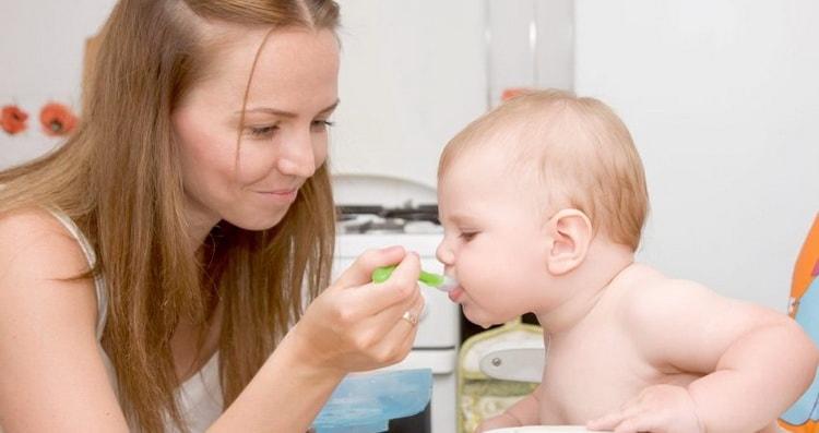 Перед тем как сварить куриный бульон и накормить им ребенка, проверьте, нет ли у малыша аллергии на компоненты.