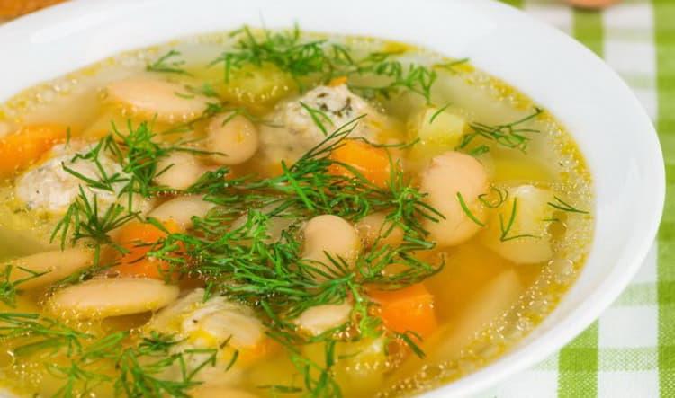 Вкусный фасолевый суп готов.