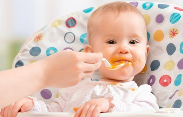 Дети любят суп с фасолью на обед.