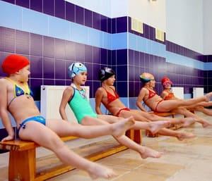 Родителей интересует вопрос, как научить ребенка плавать в 3 года,