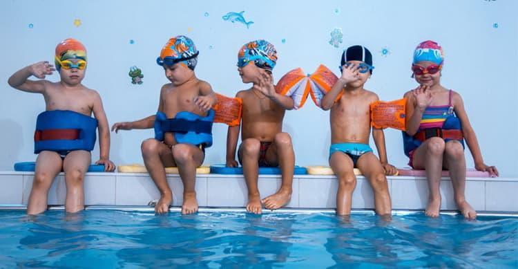 Купите круги и пояс для плавания для детей.