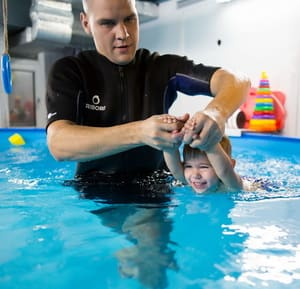 Как научить ребенка плавать в бассейне, читайте в статье